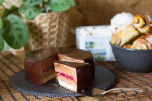 <p>Торт с&nbsp;шоколадным муссом и&nbsp;клюквенным конфи</p> <p>