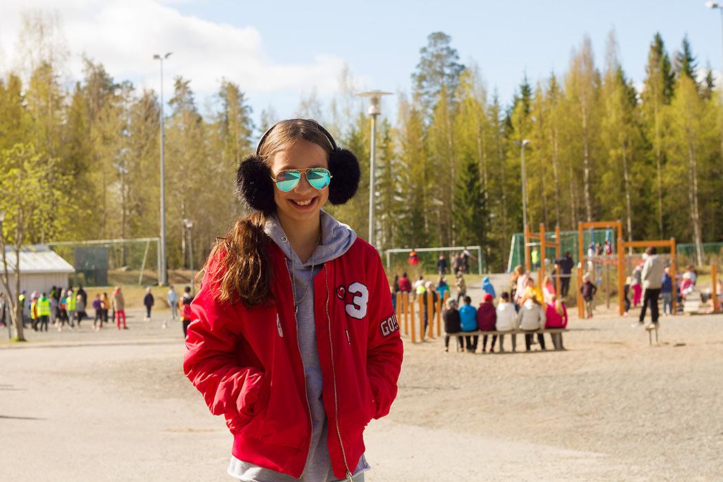 Саша на школьном дворе