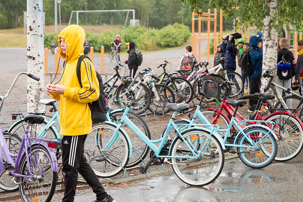 велосипедная парковка около школы