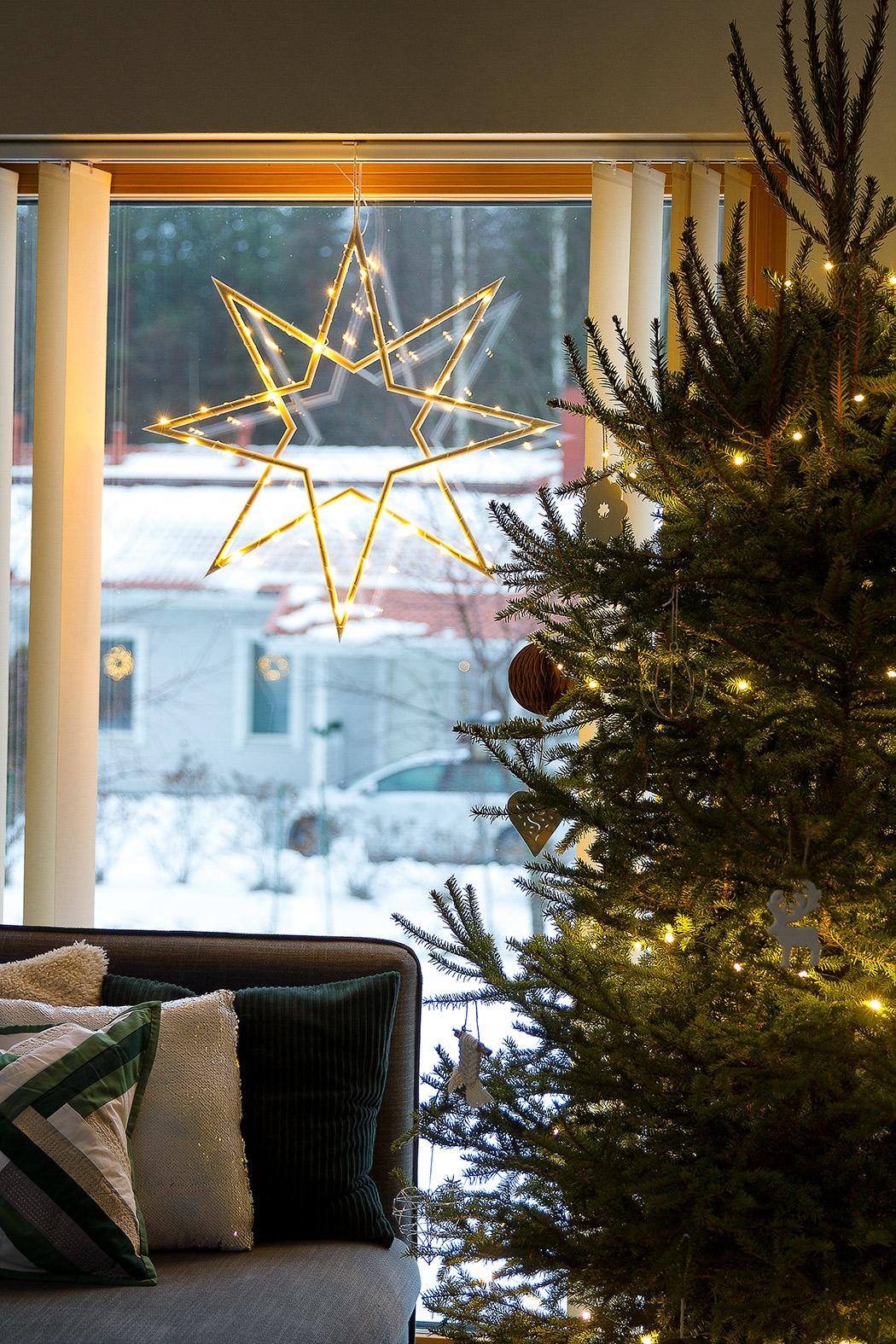 новогодняя звезда на окне