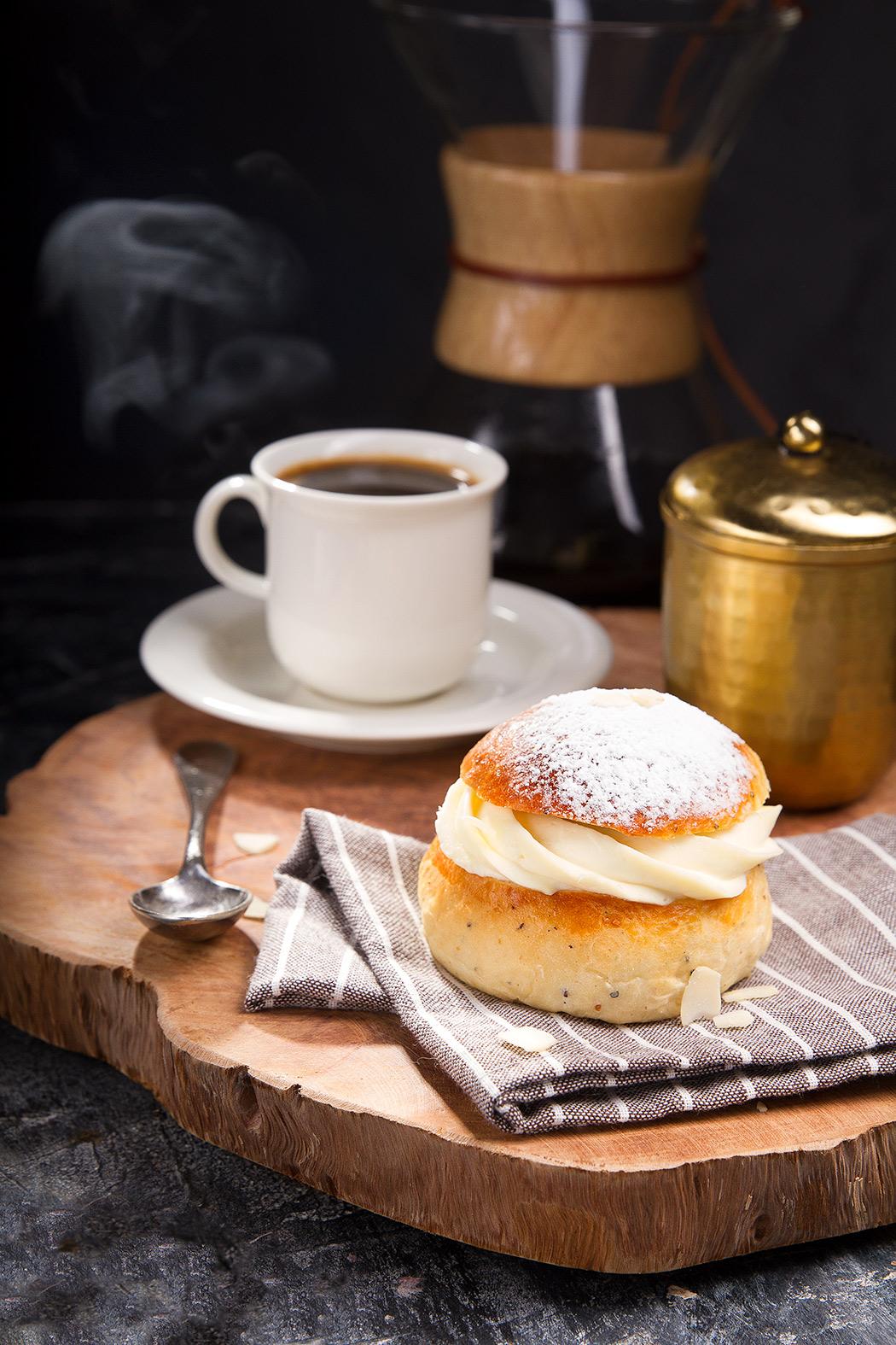 ласкиайспулла и чашка кофе
